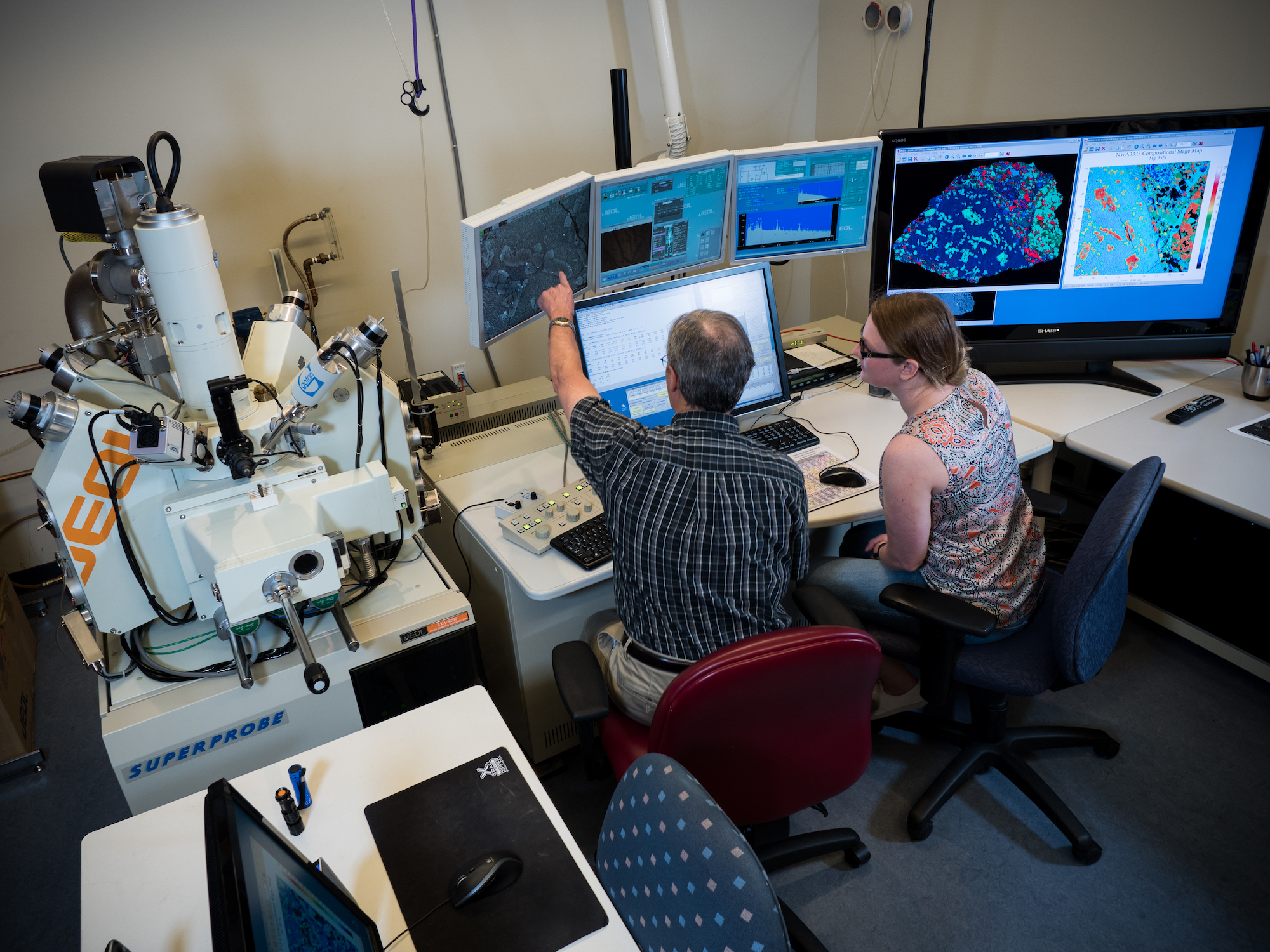 Jolliff and a student using the JEOL JXA-8200 electron microprobe